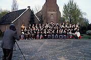 Nederland, Broekhuizen, 25-4-1993..Fotograaf maakt groepsfoto van fanfare, harmonie, muziekkorps in Noord Limburg, Blaaskapel..Foto: Flip Franssen/Hollandse Hoogte..