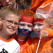 NLD/Rotterdam/20060604 - Vriendschappelijke wedstrijd Nederland - Australie, publiek, fans met oranje kleding, hoedjes, kinderen met geschilderde gezichten, driekleur, vlag
