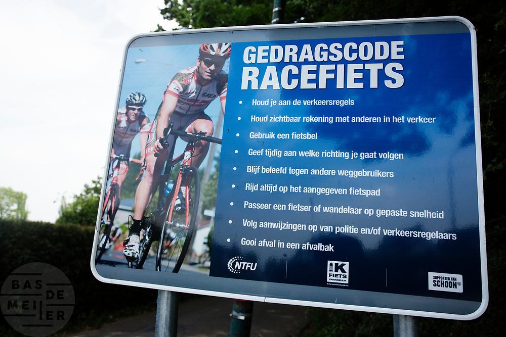 In Loenen aan de Vecht worden racefietsers geattendeerd op de gedragscode door middel van een bord. Met de code wil de vereniging voor wielertoeristen NFTU verantwoord gedrag van racefietsers stimuleren en zo de klachten over de fietsers verminderen.<br /> <br /> In Loenen aan de Vecht a sign asks road cyclists to behave themselves on the roads.