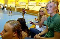 Håndball , 6. mai 2006 , Kvalifiseringskamp mellom Bækkelaget og Gjerpen, Randi Gustad , Nordstrand skal spille kamp mot Bækkelaget Her er flere Nordstrand-jenter samlet på tribunen
