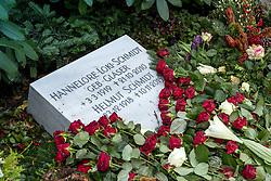 """THEMENBILD - Helmut Heinrich Waldemar Schmidt war ein deutscher Politiker der SPD. Von 1974 bis 1982 war er als Regierungschef einer sozialliberalen Koalition der fünfte Bundeskanzler der Bundesrepublik Deutschland, Hannelore """"Loki"""" Schmidt, geborene Glaser war eine deutsche Pädagogin und die Ehefrau von Helmut Schmidt, die sich durch ihre Leidenschaft für Biologie und Natur auch als Botanikerin, Natur- und Pflanzenschützerin betätigte. Hier im Bild Grabstein von Hannelore """"Loki"""" Schmidt und Helmut Schmidt auf der Grabstaette Helmut Schmidt. Aufgenommen am 26. Dezember 2015 in Hamburg. // Helmut Heinrich Waldemar Schmidt was a German politician of the SPD. From 1974 to 1982 he served as head of government of a social-liberal coalition, the fifth Chancellor of the Federal Republic of Germany, Hannelore """"Loki"""" Schmidt, nee Glaser was a German teacher and the wife of Helmut Schmidt, who, through their passion for biology and natural as a botanist natural and Pflanzenschützerin operated. in this picture grave stone of Hannelore """"Loki"""" Schmidt and Helmut Schmidt on the tomb Helmut Schmidt. Hamburg, Germany on 2015/12/26. EXPA Pictures © 2016, PhotoCredit: EXPA/ Eibner-Pressefoto/ Hommes<br /> <br /> *****ATTENTION - OUT of GER*****"""