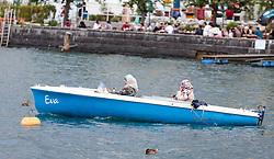 THEMENBILD - Arabisch gekleidete Frauen mit einem Motorboot am Zell See. Jedes Jahr besuchen mehrere Tausend Gäste aus dem arabischen Raum die Urlaubsregion im Salzburger Pinzgau, aufgenommen am 04.August 2015 in Zell am See, Österreich // Arabic dressed women with a motorboat on Lake Zell. Every year thousands of guests from Arab countries takes their holiday in Zell am See - Kaprun Region, Zell am See, Austria on 2015/08/04. EXPA Pictures © 2015, PhotoCredit: EXPA/ JFK