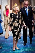 Prinses Beatrix heeft in het Koninklijk Paleis in Amsterdam 3 Zilveren Anjers uitgereikt. Dat is de prijs die prins Bernhard in 1950 in het leven riep als eerbetoon voor mensen die zich 'vrijwillig en onbetaald' inzetten voor cultuur of natuurbehoud. <br /> <br /> Princess Beatrix has awarded three Silver Carnations in the Royal Palace in Amsterdam. This is the price that Prince Bernhard in 1950 established it as a tribute to people who 'voluntarily and unpaid' work for culture or nature.<br /> <br /> op de foto / On the Photo: