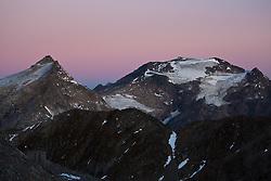 THEMENBILD - Sonnenaufgang am Sonnblick 3.106m, Auf dem steilen Gipfel befinden sich in 3.106 m Höhe ein meteorologisches Observatorium, das Sonnblickobservatorium, und eine alpine Schutzhütte, das Zittelhaus (auch Zittlhaus geschrieben). In einer Höhe von 2.718 m liegt die Rojacher Hütte und auf 2.175 m das Schutzhaus Neubau. Beide Hütten sind in den Sommermonaten bewirtschaftet. Aufgenommen am Mölltaler Gletscher in Flattach, Kärtnen Österreich am 04.10.2011 // Sunrise on the Sonnblick at Moelltaler glacier in Flattach, Carinthia, Austria on 4/10/2011. EXPA Pictures © 2011, PhotoCredit: EXPA/ J. Groder