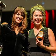NLD/Amsterdam/20180917 - Uitreiking de Gouden Notenkraker 2018, Ellen ten Damme reikt de Gouden Notenkraker uit aan Magda Mendes