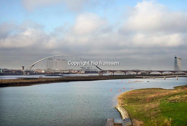 Nederland, the Netherlands, Nijmegen, 12-12-2019 Het eiland Veur-Lent tussen de rivier de Waal en de Spiegelwaal, nevengeul bij Nijmegen . Op de achtergrond de nieuwe brug de Oversteek . De nevengeul is gegraven om bij Nijmegen een lagere waterstand en betere waterafvoer te bereiken bij hoogwater , ruimte voor de rivier. Foto: Flip Franssen