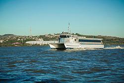 Embarcação do tipo catamarã da CatSul – Catamarãs do Sul, empresa do Grupo Ouro e Prata responsável desde 2011 pelo transporte de passageiros entre a capital gaúcha e Guaíba pela via fluvial. Ao fundo, o estádio Beira-Rio. FOTO: Gustavo Roth / Agência Preview
