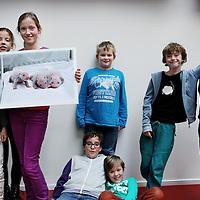 Nederland, Amsterdam , 14 dcember 2014.<br /> De kinderjury met de winnende Nieuwsfoto 2014 op de redactie van Kidsweek, 7 Days.<br /> Foto:Jean-Pierre Jans