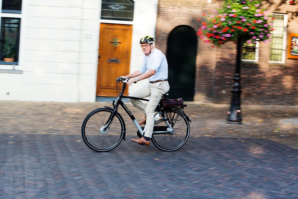 In Utrecht rijden fietsers over het Domplein.<br /> <br /> In Utrecht cyclists ride at the Dom square.
