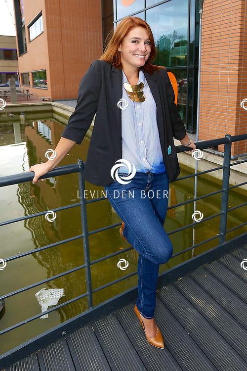 HILVERSUM - Op het Mediapark kom je regelmatig diversen bekende Nederlanders tegen. Met hier op de foto  Evi Hanssen. FOTO LEVIN DEN BOER - PERSFOTO.NU