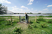 Nederland, Nijmegen, 29-5-2019Staatsbosbeheer heeft in samenspraak met de gemeente een hek, afrastering, van een paar honderd meter geplaatst langs de oever van de Waal. Deze waalstrandjes, stadsstrandjes,stadswaard, zijn nu gescheiden van het deel waar de wilde paarden, koniks, en runderen, Galloways, grazen. Vorig jaar onstonden problemen met de dieren omdat recreanten, mensen, bezoekers, van de strandjes de dieren aanhaalden en voerden waardoor ze vervelend gedrag gingen vertonen. Hierdoor moeten enkele paarden verhuizen naar een ander natuurgebied. Dit wil men nu voorkomen. Door klaphekken kunnen wandelaars toch in het gebied wandelen .Foto: Flip Franssen