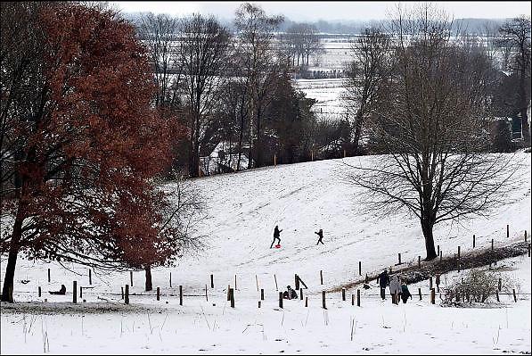 Nederland, Ubbergen, 27-12-2014Sneeuwval in Midden en zuid nederland. Het levert schilderachtige beelden op, maar is voor het verkeer , fietsers en de postbode onaangenaam. Kinderen spelen op de heuvels en de helling van de stuwwal in de sneeuw. sleetje rijden, sleeen, spelen met de slee,  winterpretFOTO: FLIP FRANSSEN/ HOLLANDSE HOOGTE
