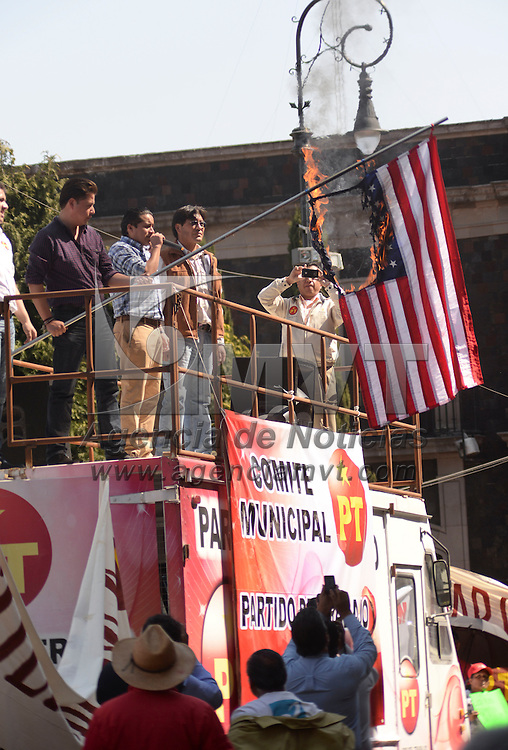 Toluca, México.- Militantes del Partido del Trabajo se manifestaron frente a palacio municipal de Toluca donde quemaron una bandera de los Estados Unidos de América, por la próxima visita del presidente norteamericano Barack Obama, exigieron a las autoridades  estatales y municipales el libre tránsito por la capital mexiquense. Agencia MVT / Crisanta Espinosa