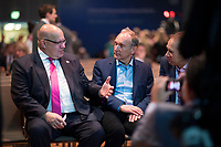 """DEU, Deutschland, Germany, Berlin, 25.11.2019: Bundeswirtschaftsminister Peter Altmaier (CDU) im Gespräch mit Sir Tim Berners-Lee (M), Gründer des World-Wide-Web, beim Internet Governance Forum (IGF) der UN im Hotel Estrel. Das IGF steht unter dem Motto """"One World. One Net. One Vision."""" und zielt darauf ab, das globale und freie Internet zu erhalten."""