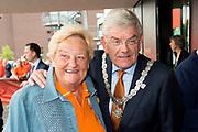 Aankomst  bij de openingswedstrijd van WEURO2017, het EK voetbal vrouwen gehouden in de Stadion Galgenwaard Utrecht<br /> <br /> Op de foto:  Erica Terpstra en Burgemeester van Utrecht Jan van Zanen