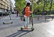 Belgie, Brussel, Elektrische steps vertonen zich steeds meer in het straatbeeld. Ze rijden op het trottoir, voetpad, fietspad of de straat, weg . . Gebruikers kunnen via de app een voertuig zoeken en scannen een QR-code om de step te ontgrendelen. Aan het einde van de rit kan de step overal in de stad geparkeerd worden.  Foto: Flip Franssen