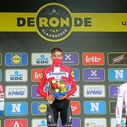 04-04-2021: Wielrennen: Ronde van Vlaanderen (Mannen): Oudenaarde<br /> Mathieu van der Poel heeft zichzelf net niet weten op te volgen als winnaar van de Ronde van Vlaanderen.<br /> De Nederlands kampioen verloor het sprintduel met Kasper Asgreen in Oudenaarde.