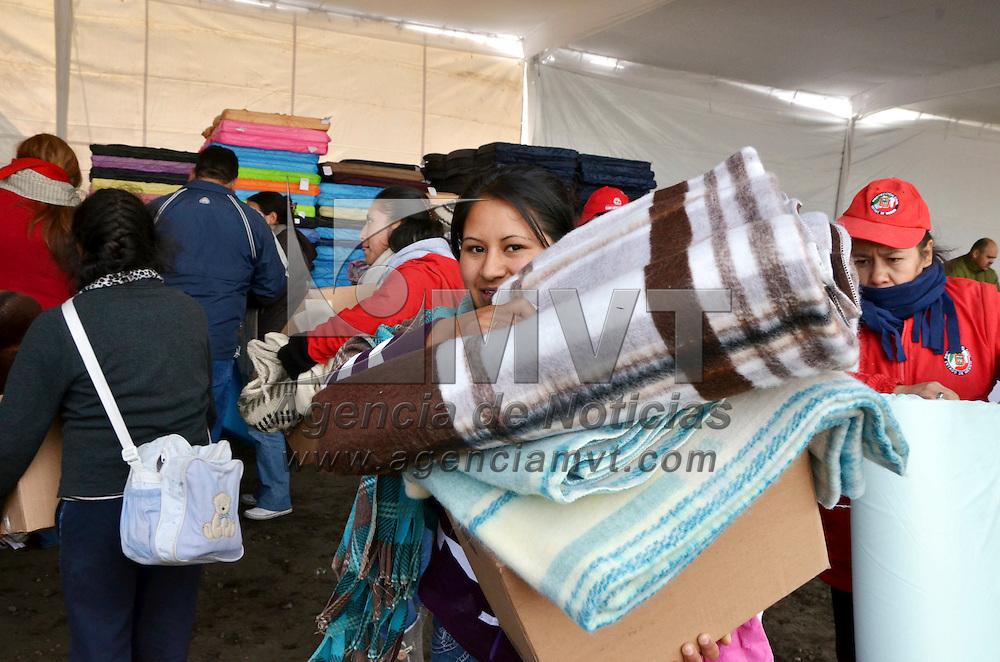 Zinacantepec, México.- Miles de familias de comunidades de las faldas del volcán Xinantécatl recibieron apoyos invernales y servicios medico asistenciales por el gobierno del Estado de México. Agencia MVT / José Hernández