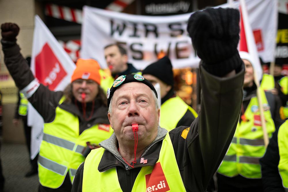 Über hundert Fahrer von Geldtransportern protestieren während des Warnstreiks vor der 6. Verhandlungsrunde zwischen der Bundesvereinigung Deutscher Geld- und Wertdienste (BDGW) und ver.di in der Friedrichstrasse in Berlin. Die Gewerkschaft fordert eine Erhöhung des Stundenlohns um 1,50 € bei einer zweijährigen Laufzeit. <br /> <br /> [© Christian Mang - Veroeffentlichung nur gg. Honorar (zzgl. MwSt.), Urhebervermerk und Beleg. Nur für redaktionelle Nutzung - Publication only with licence fee payment, copyright notice and voucher copy. For editorial use only - No model release. No property release. Kontakt: mail@christianmang.com.]