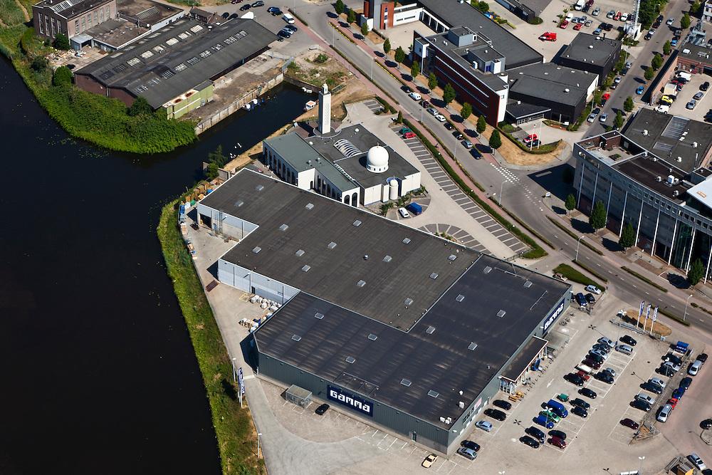 Nederland, Noord-Brabant, Den Bosch, 08-07-2010; De Orthenpoort, bedrijventerrein met Gamma bouwmarkt en moskee..Industrial esate with Gamma DIY and mosque..luchtfoto (toeslag), aerial photo (additional fee required).foto/photo Siebe Swart