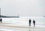 Nederland, Walcheren, 13-9-2014Op het strand van Vlissingen maken mensen een wandeling.FOTO: FLIP FRANSSEN/ HOLLANDSE HOOGTE