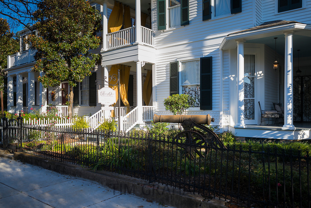 19th Century clapboard mansion house, Rising Sun, offering bed and breakfast accommodation in Natchez, Mississippi, USA
