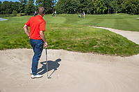 AMSTERDAM   - wachten, leunen op club in bunker.   , Golf, regels,  club op zand,   COPYRIGHT KOEN SUYK