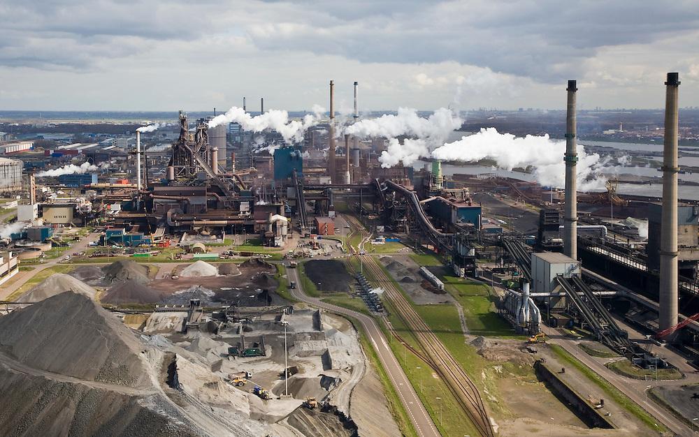 Nederland, Noord-Holland, Velsen, 16-04-2008; zicht op het terrein van Corus, linksonder opslag van erts, kolen, cokes, oorspronkelijk stonden hier ook een aantaal hoogovens maar de de staalindustrie is gesaneerd; in het midden links de (twee) resterende hoogovens voor het smelten van ijzererts, het winnen van ijzer; het complex ligt in Velsen-Noord, naast het Noordzee kanaal (tegenover IJmuiden(.(Corus: voorheen Hoogovens gefuseerd met British Steel)..luchtfoto (toeslag); aerial photo (additional fee required); .foto Siebe Swart / photo Siebe Swart