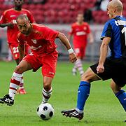 NLD/Amsterdam/20080808 - LG Tournament 2008 Amsterdam, FC Internazionale v Sevilla FC, Ernesto javier Chevanton Espinosa in duel met Esteban Cambiasso