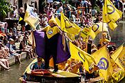In Utrecht wordt voor de derde keer de Utrecht Canal Pride gehouden. Ruim veertig boten varen door de Utrechtse grachten om te vieren dat je kunt zijn wie je wilt zijn en kunt houden van je wie je wil. <br /> <br /> In Utrecht over 40 boats sail at the canals for the third Utrecht Canal Pride, the parade to celebrate that you can be who you want to be and to love who you want to love.