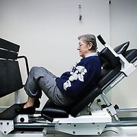Nederland, Eindhoven , 2 februari 2010..Fysiotherapie voor hart en vaatpatienten in Gezondheidscentrum de Achtse Barrier..Fysiotherapeut Wilma Thijs aan het werk met enkele hart en vaat patienten in de fitness ruimte.Foto:Jean-Pierre Jans