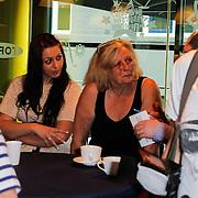 NLD/Hilversum/20120511 - Uitzwaaien Joan Franka voor deelname Eurovisie Songfestival, zus en moeder Joan Franka