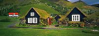 Islande. Anciennes fermes traditionnelles à Skogar. / Iceland. Old traditional farm at Skogar.