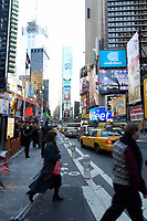 21 NOV 2003, NEW YORK/USA:<br /> Eilige Fussgaenger und Taxis auf dem Times Square, Manhatten, New York<br /> IMAGE: 20031121-02-050<br /> KEYWORDS: Reklame, Autos, Verkehr