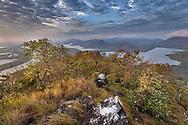 Morgensonne an einem Hügel mit Trockenwald, Pantanal, Brasilien<br /> <br /> Morning sun at a hill with dry forest, Pantanal, Brazil