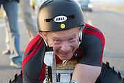 Handbiker Alan Grace. In Battle Mountain (Nevada) wordt ieder jaar de World Human Powered Speed Challenge gehouden. Tijdens deze wedstrijd wordt geprobeerd zo hard mogelijk te fietsen op pure menskracht. Ze halen snelheden tot 133 km/h. De deelnemers bestaan zowel uit teams van universiteiten als uit hobbyisten. Met de gestroomlijnde fietsen willen ze laten zien wat mogelijk is met menskracht. De speciale ligfietsen kunnen gezien worden als de Formule 1 van het fietsen. De kennis die wordt opgedaan wordt ook gebruikt om duurzaam vervoer verder te ontwikkelen.<br /> <br /> Alan Grace. In Battle Mountain (Nevada) each year the World Human Powered Speed Challenge is held. During this race they try to ride on pure manpower as hard as possible. Speeds up to 133 km/h are reached. The participants consist of both teams from universities and from hobbyists. With the sleek bikes they want to show what is possible with human power. The special recumbent bicycles can be seen as the Formula 1 of the bicycle. The knowledge gained is also used to develop sustainable transport.