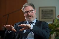 2012, BERLIN/GERMANY:<br /> Lars-Hendrik Roeller, Oekonom, Leiter der Abteilung 4  Wirtschafts- und Finanzpolitik im Bundeskanzleramt, waehrend einem Gespraech, Bundeskanzleramt<br /> IMAGE: 20120322-01-019<br /> KEYWORDS: Lars-Hendrik Röller, Interview