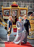 Prinsjesdag 2017, de dag waar de Koning in de Staten-Generaal van het Koninkrijk der Nederlanden in verenigde vergadering bijeen de troonrede uit.<br /> <br /> Prinsjesdag 2017, Opening of the parliamentary year<br /> <br /> op de foto:  Koning Willem Alexander en Koningin Maxima met de gouden koets / King Willem Alexander and Queen Maxima with the golden carriage