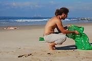 Israel, volunteer clean the beach