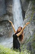 Femme dans la nature<br /> eau, modele, scène, bien-être <br /> (PHOTO-GENIC.CH/ OLIVIER MAIRE)<br /> <br /> cascade de la Réchy