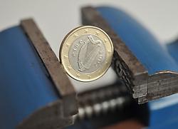 13.01.2011, Werkstatt, Aurich, GER, Symbolbild Euro eingeklemmtEuro-Münze aus Irland im Schraubstock.EXPA Pictures © 2011, PhotoCredit: EXPA/ nph/  Albers       ****** out of GER / SWE / CRO ******