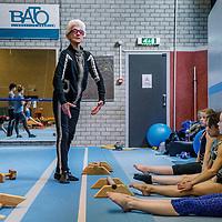 Nederland, Haarlem, 19 april 2017.<br /> Turntrainster Nel Krauwel  een 85-jarige turntrainster die zelf nog zo fit en lenig als een hoentje is. Ze geeft nog elke dag training en heeft veel te vertellen over turnen, is als voormalig bondscoach in het verleden op Russische en Roemeense turninternaten geweest.<br /> <br /> Op de foto: Nel Krauwel tijdens de turnles van Bato turnvereniging  in sporthal Kennemer.<br /> <br /> <br /> Foto: Jean-Pierre Jans