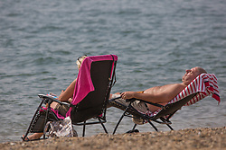 © Licensed to London News Pictures.  06/09/2021. Southend-on-Sea, UK. Members of the pubic enjoy the warm weather along the Thames Estuary in Southend, Essex. Photo credit: Marcin Nowak/LNP