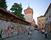 Galeria obrazów na murze starego miasta przy Bramie Floriańskiej w Krakowie, Polska<br /> Picture Gallery on the wall of the old town at the Florian Gate in Cracow, Poland