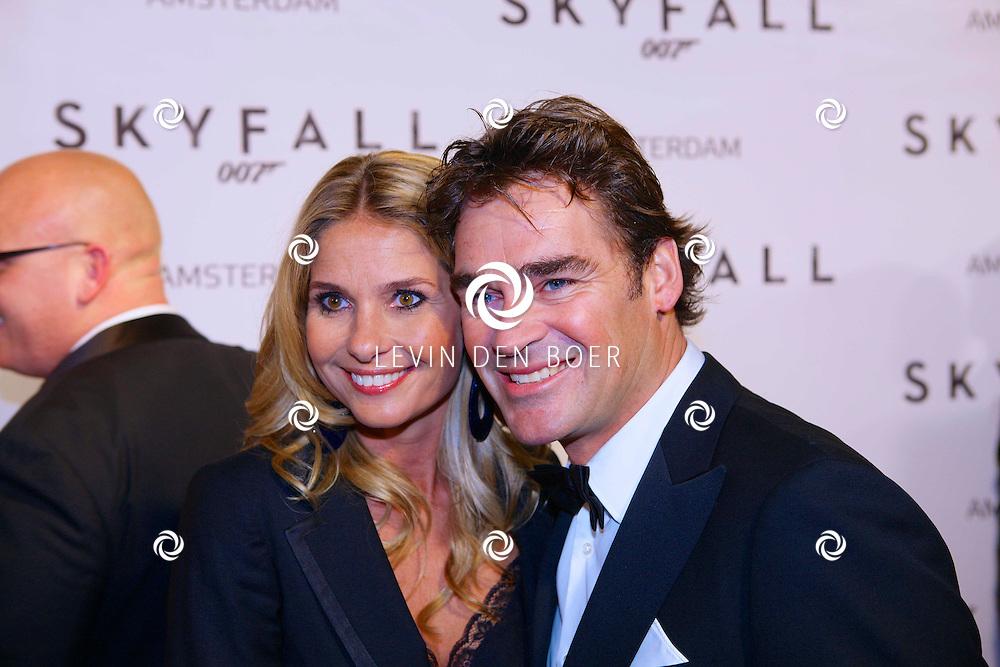 AMSTERDAM - In het Tuschinski theater is de nieuwste James Bondfilm 'Skyfall' in premiere gegaan. Met op de foto  Jeroen van der Boom met zijn vrouw Dani de Wit. FOTO LEVIN DEN BOER - PERSFOTO.NU