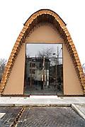 Nederland, Nijmegen, 17-2-2018Het voorlichtingscentrum voor Nijmegen European Green Capital 2018 . Het tijdelijke bouwwerk is een ontwerp van architect Poulissen, die ook de nieuwe stadsbrug de oversteek ontwierp . Het gebouwtje is opgetrokken uit duurzame materialen, zoals hout, en heeft een eigen energievoorziening via gebogen zonnepanelen op het dak .Foto: Flip Franssen