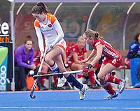 ARNHEM - Naomi van As (l) passeert de Belgische Emilie Sinia, woensdag bij de hockey-oefeninterland tussen de dames van Nederland en Belgie (3-1)  op het nieuwe blauwe kunstgras van HC Upward in Arnhem. Foto Koen Suyk