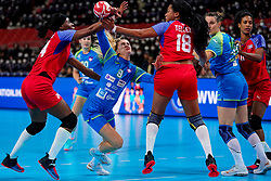 05-12-2019 JAP: Cuba - Slovenia, Kumamoto<br /> Fourth match groep A at 24th IHF Women's Handball World Championship. Slovenia win 39 - 26 of Cuba / Nina Zabjek #9 of Slovenia, Lorena Aide Tellez Delgado #18 of Cuba, Nahomi Marquez Jabique #24 of Cuba