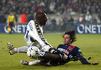 Fotball<br /> Paris St. Germain v Sochaux<br /> 6. mars 2004<br /> Foto: Digitalsport<br /> Norway Only<br /> <br /> FABRICE FIORESE (PSG) / SOULEYMANE DIAWARA (SOC)  *** Local Caption *** 40001073