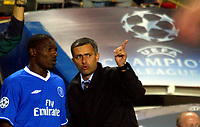 Fotball<br /> Foto: BPI/Digitalsport<br /> NORWAY ONLY<br /> <br /> Chelsea v Porto<br /> Champions League Group H. Stamford Bridge. 29/09/2004. <br /> <br /> Jose Mourinho speaks to Geremi before making the substitution.
